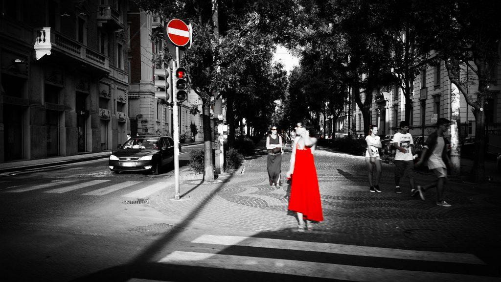 Lady in Red: Straßenfoto