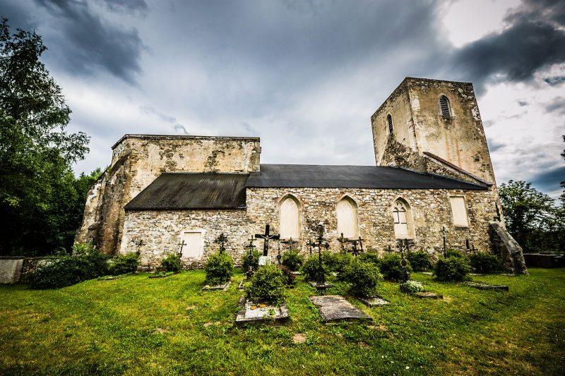 Irgendwie schon gespentisch: die verfallene Kirche von Dölllersheim