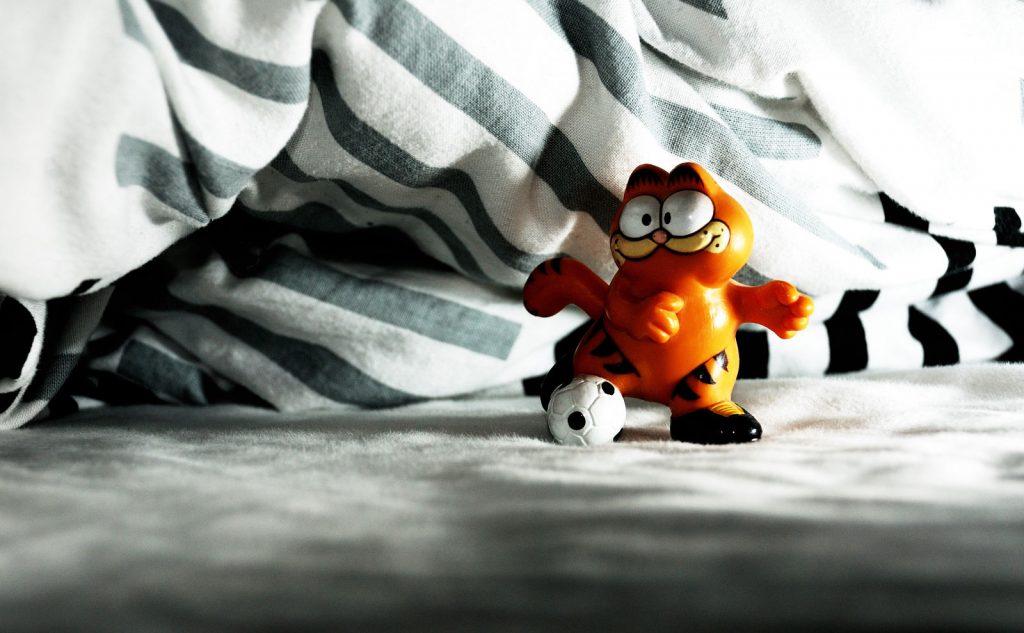 Garfield spielt Fußball unter der Bettdecke