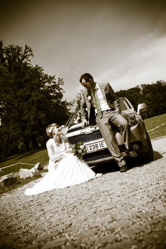 Brautpaar mit Hochzeitsauto