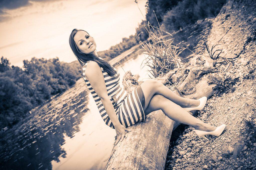 Fotoshooting am Baumstamm