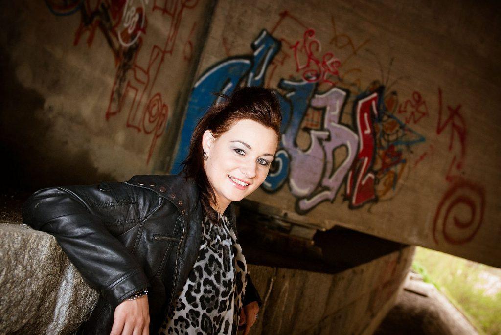 Portraitfotoshooting unter der Autoabahnbrücke