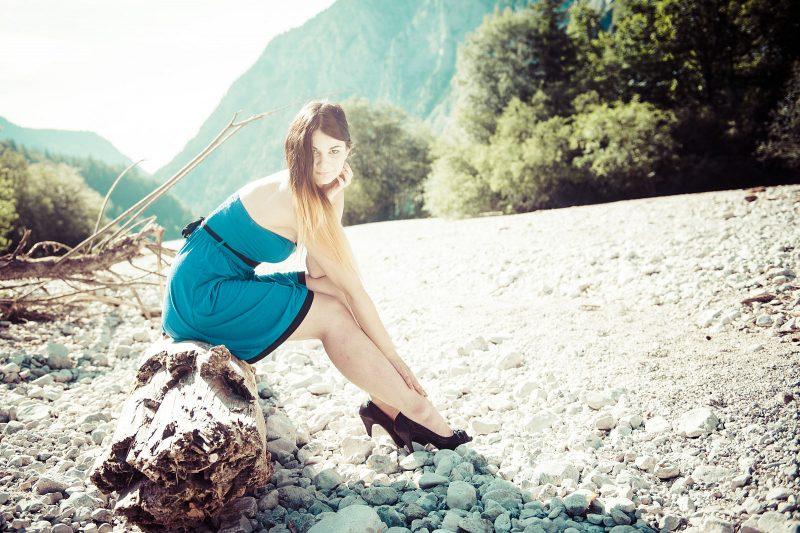 Fashion-Fotoshooting am Baumstamm